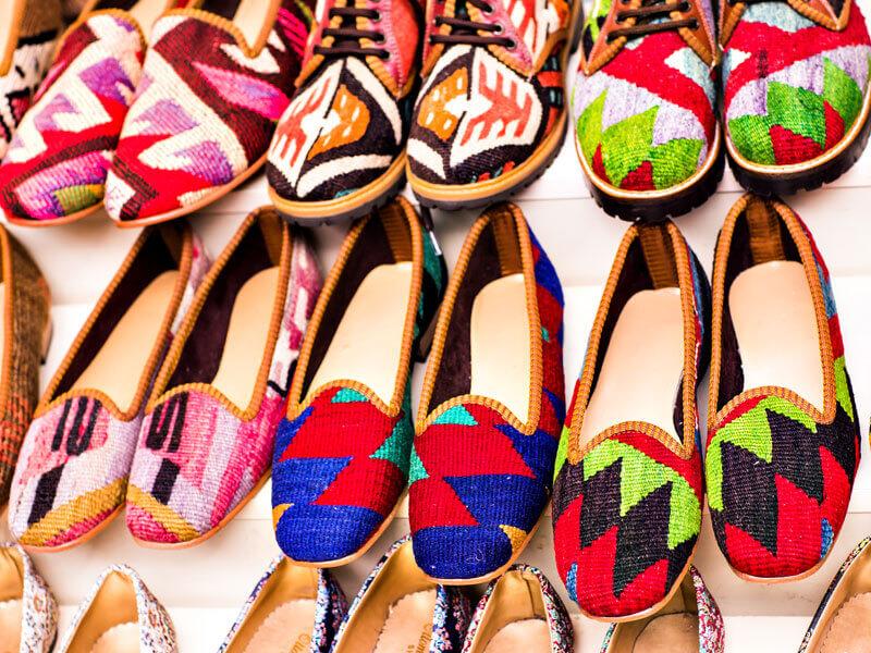Çok Renkli ve Desenli Ayakkabı