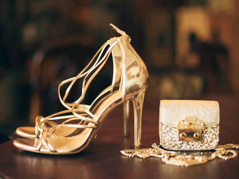 Kırmızı Elbise Altına Altın Sarısı Ayakkabı
