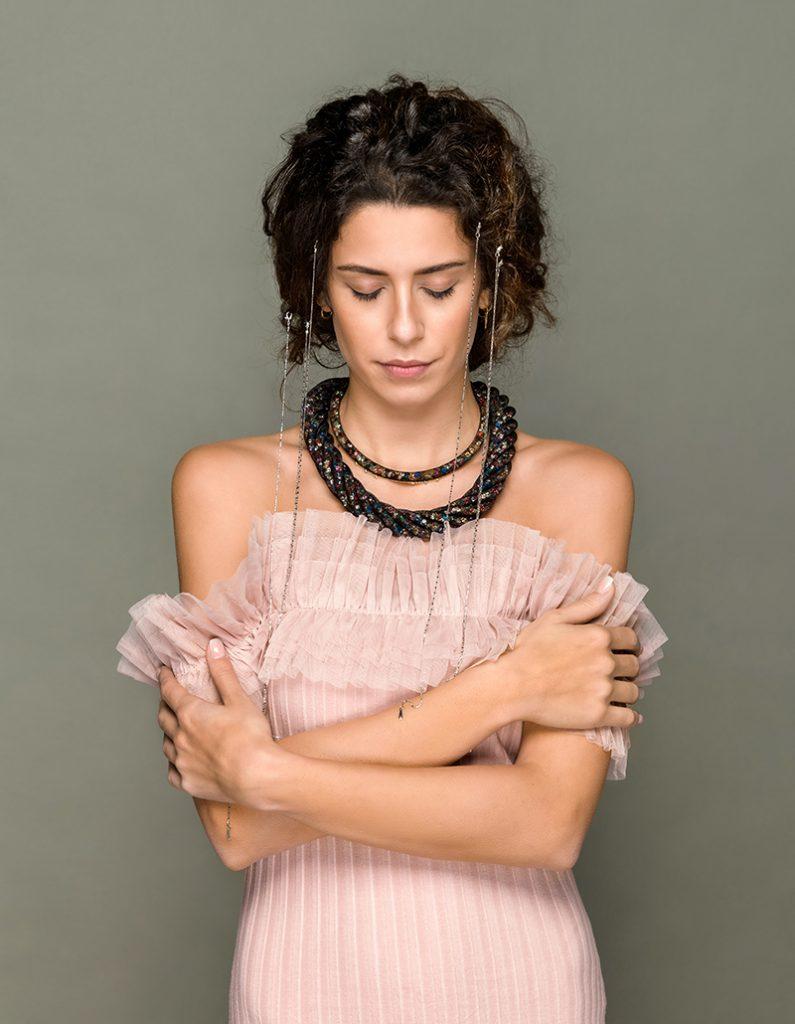 Kadınları Olduğundan Daha Zayıf Gösteren Kıyafetler - Geniş omuzları dengeleyin
