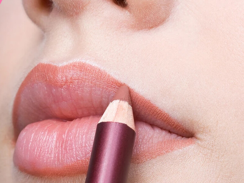 Dudaklarınızı şekillendirerek daha dolgun dudak yanılsamasını elde edin