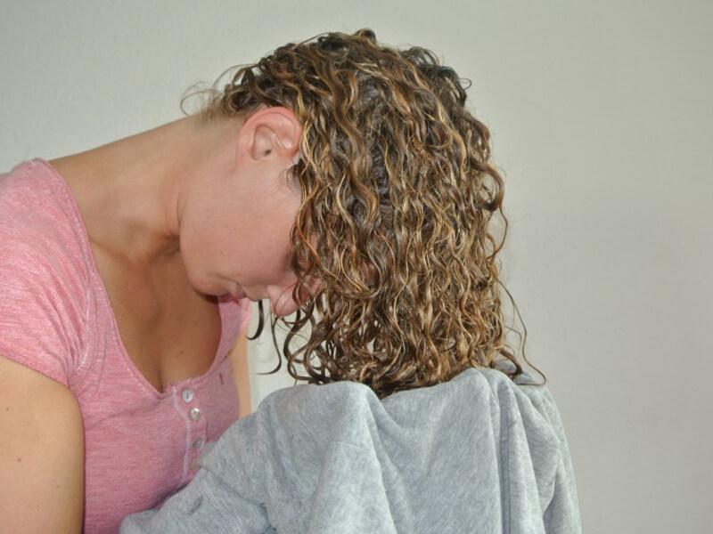 Bir tişört kullanarak doğal kıvırcık veya dalgalı saçlarınızı şekilendirin