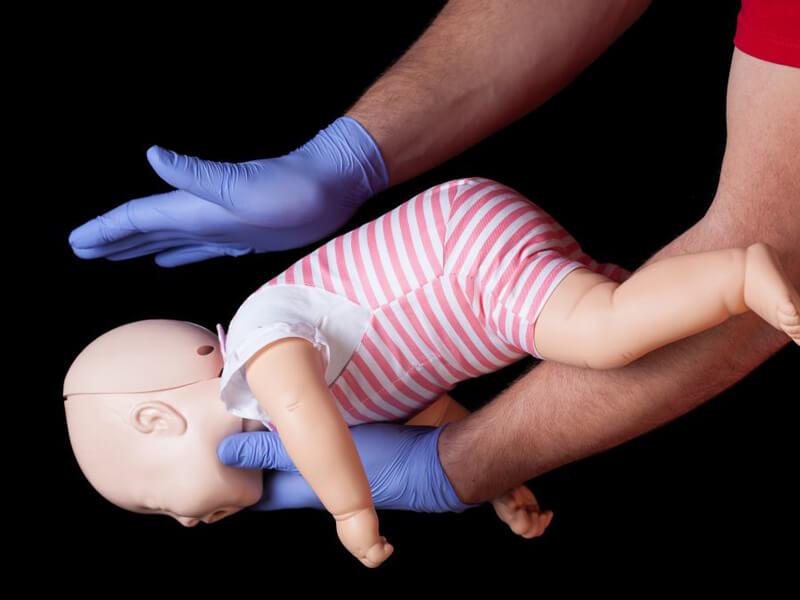 Bebeklerde Heimlich Manevrası Uygulama