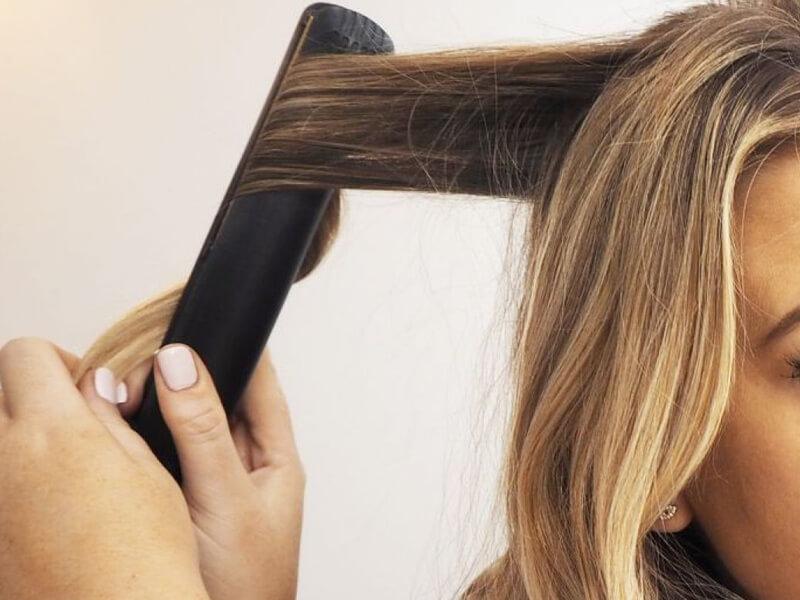 Dalgalar oluşturmak için saç düzleştirici kullanın