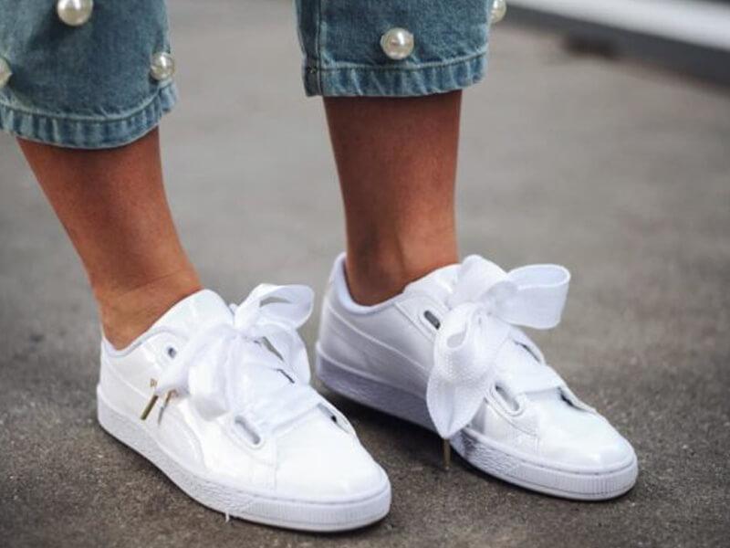 Günlük beyaz bluz ile beyaz spor ayakkabılar