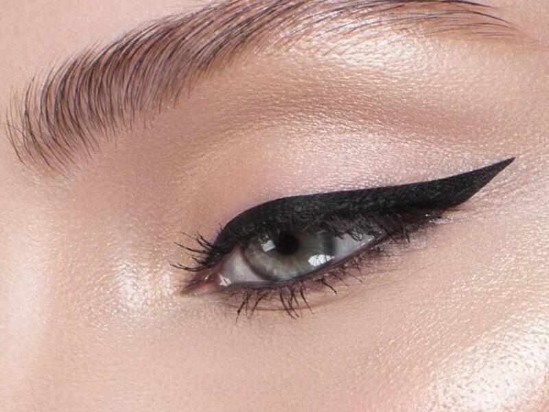 Kanatlı eyeliner uygulayın