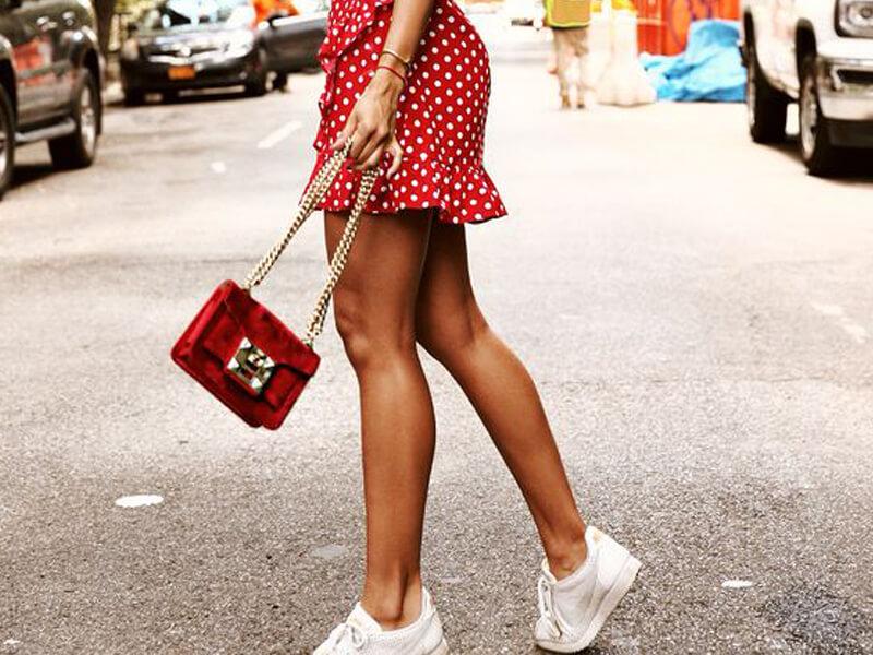 Kırmızı puantiyeli elbise ile beyaz spor ayakkabılar