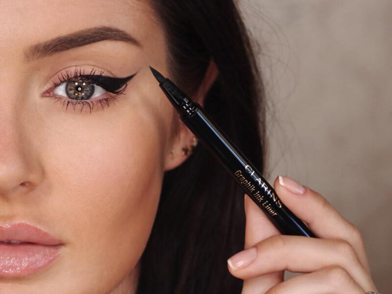 Göz şeklinizi tamamlamak için nasıl eyeliner süreceğinizi öğrenin