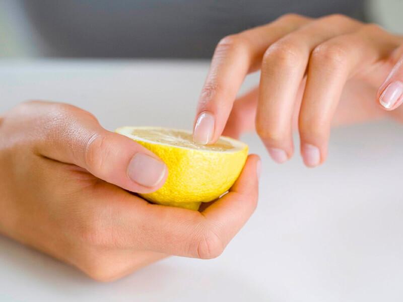 Tırnaklarınızı uzatmak için limon suyu kullanın